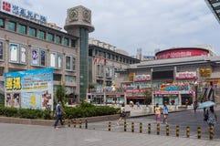 Leute, die außerhalb eines Einkaufszentrums in der Stadt von Xian, in China, Asien gehen Stockfoto