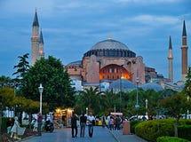 Leute, die außerhalb Hagia Sofia austauschen lizenzfreies stockfoto