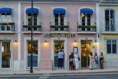 Leute, die außerhalb italienischen Restaurants Jamie Olivers in Lissabon warten stockbild
