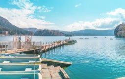 Leute, die auf Boote und Schiff in Ashi Lake, Hakone reisen stockbild