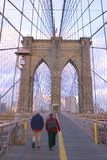 Leute, die auf Brooklyn-Brücke gehen Stockfotografie