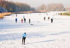 Leute, die auf das Eis eislaufen Lizenzfreies Stockbild