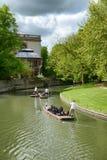 Leute, die auf dem Fluss in Cambridge stochern lizenzfreie stockbilder