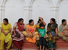 Leute, die auf dem Schritt in durbar Quadrat Kathmandus in Nepal sitzen Stockbild
