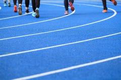 Leute, die auf dem Stadion laufen Lizenzfreies Stockfoto