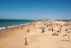Leute, die auf dem Strand in Cascais, Portugal ein Sonnenbad nehmen Lizenzfreies Stockbild