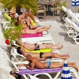 Leute, die auf dem Strand in Nizza, Frankreich ein Sonnenbad nehmen Lizenzfreie Stockfotos