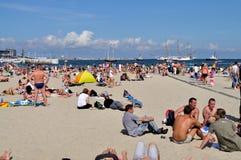 Leute, die auf dem Strand stillstehen Lizenzfreies Stockbild