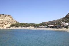 Leute, die auf dem Strand von Matala in Kreta ein Sonnenbad nehmen Stockbilder
