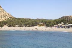 Leute, die auf dem Strand von Matala in Kreta ein Sonnenbad nehmen Stockbild