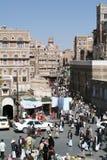 Leute, die auf den Hauptplatz von altem Sana gehen Stockfotografie