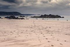 Leute, die auf den Strand gehen Lizenzfreie Stockfotografie