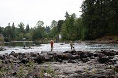 Leute, die auf der Flussbank fischen lizenzfreies stockbild