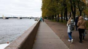 Leute, die auf der Seite des Flusses Neva in St Petersburg, Russland gehen stockbild