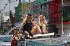 Leute, die auf der Straße feiern Stockfoto