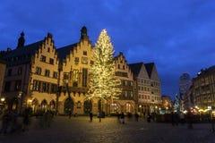 Leute, die auf die alte Stadtmitte Römerberg - Frankfurts gehen Stockbild