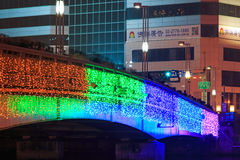 Leute, die auf die Brücke durch den Liebes-Fluss von Kaohsiung während der Feiern für das chinesische neue Jahr gehen Stockfotos
