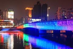 Leute, die auf die Brücke durch den Liebes-Fluss von Kaohsiung während der Feiern für das chinesische neue Jahr gehen Stockfoto