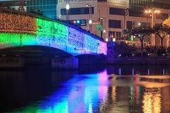 Leute, die auf die Brücke durch den Liebes-Fluss von Kaohsiung während der Feiern für das chinesische neue Jahr gehen Stockfotografie