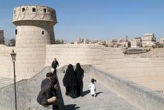 Leute, die auf die Brücke nahe altem Sana gehen Lizenzfreie Stockbilder