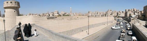 Leute, die auf die Brücke nahe altem Sana gehen Lizenzfreie Stockfotos