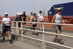 Leute, die auf die Brücke von Nijmegen gehen Stockbild