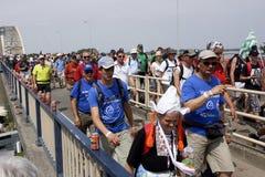 Leute, die auf die Brücke von Nijmegen gehen Lizenzfreies Stockbild