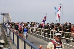 Leute, die auf die Brücke von Nijmegen gehen Lizenzfreie Stockfotografie