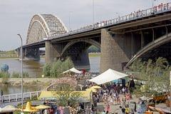 Leute, die auf die Brücke von Nijmegen gehen Stockfoto