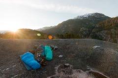 Leute, die auf die Oberseite von Bergen während Sonnenaufgang schlafen lizenzfreie stockfotografie