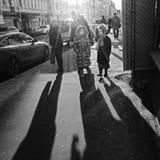 Leute, die auf die Straße gehen Stockfotografie