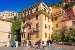 Leute, die auf die Straße von Manarola-Dorf in Italien gehen Lizenzfreie Stockbilder