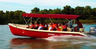 Leute, die auf die Donau mit einem Boot reisen Tulcean, Leben stockfotos