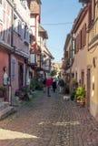 Leute, die auf eine Straße in Elsass gehen Stockfoto