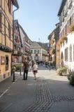 Leute, die auf eine Straße in Elsass gehen Lizenzfreie Stockfotografie