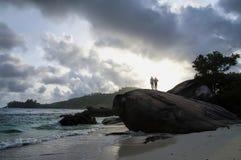 Leute, die auf einem enormen Granitflussstein, Mahe-Insel, Seychellen stehen Lizenzfreies Stockfoto