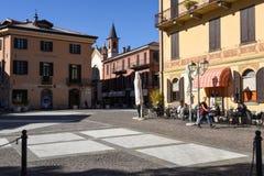 Leute, die auf einem Restaurant von Menaggio, Italien essen und trinken Lizenzfreies Stockbild