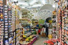 Leute, die auf einem Souvenirladen von San Gimignano, Italien kaufen Lizenzfreie Stockfotografie