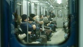 Leute, die auf einem Untertagezug austauschen stockbilder