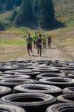 Leute, die auf einige Reifen aufkommen lizenzfreie stockfotografie