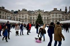 Leute, die auf Eis bei Somerset House Christmas Ice Rink eislaufen London, Vereinigtes Königreich, im Dezember 2018 stockbild