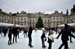 Leute, die auf Eis bei Somerset House Christmas Ice Rink eislaufen London, Vereinigtes Königreich, im Dezember 2018 lizenzfreie stockbilder