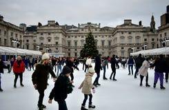 Leute, die auf Eis bei Somerset House Christmas Ice Rink eislaufen London, Vereinigtes Königreich, im Dezember 2018 lizenzfreies stockbild