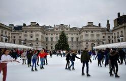 Leute, die auf Eis bei Somerset House Christmas Ice Rink eislaufen London, Vereinigtes Königreich, im Dezember 2018 stockfotos
