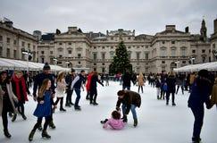 Leute, die auf Eis bei Somerset House Christmas Ice Rink eislaufen London, Vereinigtes Königreich, im Dezember 2018 lizenzfreies stockfoto