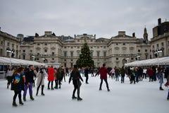 Leute, die auf Eis bei Somerset House Christmas Ice Rink eislaufen London, Vereinigtes Königreich, im Dezember 2018 lizenzfreie stockfotos