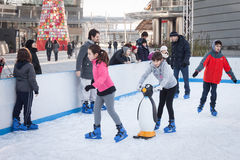 Leute, die auf Eisbahn in Mailand, Italien eislaufen Lizenzfreie Stockbilder
