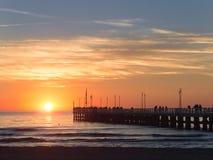 Leute, die auf Forte dei Marmi -` s Pier bei Sonnenuntergang gehen lizenzfreies stockbild