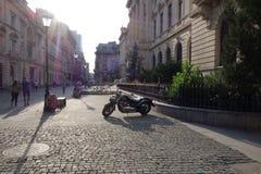 Leute, die auf Fußgängerstraße in der Mitte von Bukarest, Rumänien, am 2. Juni 2017 gehen Lizenzfreie Stockfotografie