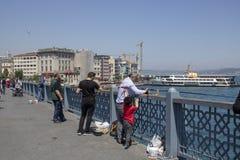 Leute, die auf die Galata-Brücke gehen stockbild